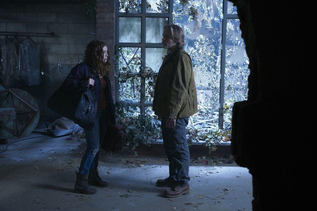 Katia (Sofia Banzhaf, l.) und Sasha (John Ralston, r.) müssen sich auf mögliche Angriffe von anderen Wölfen einstellen und gleichzeitig den jungen A... - Bildquelle: 2016 She-Wolf Season 3 Productions Inc.