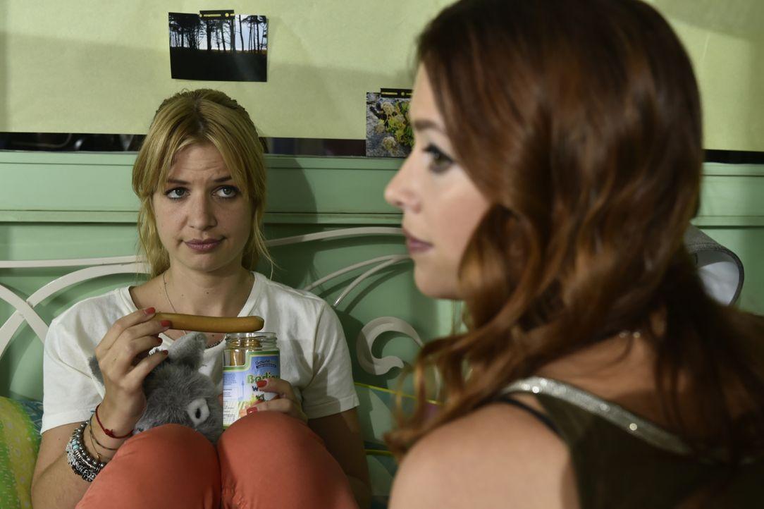 Milas (Susan Sideropoulos, l.) Optimismus, endlich glücklich zu werden, wird durch ihre Chefin Theresa ausgebremst. Ihre beste Freundin Sally (Laura... - Bildquelle: Claudius Pflug SAT.1