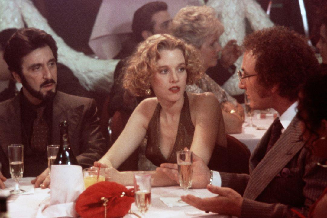 Carlito (Al Pacino, l.) und seine Freundin Gail (Penelope Ann Miller, M.) werden von dem zwielichtigen Anwalt David Kleinfeld (Sean Penn, r.) betrog... - Bildquelle: Universal Pictures
