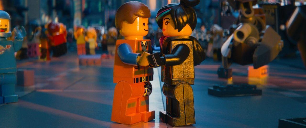 Ende gut, alles gut: Emmet (l.) und Wyldstyle (r.) ... - Bildquelle: 2014 Warner Brothers