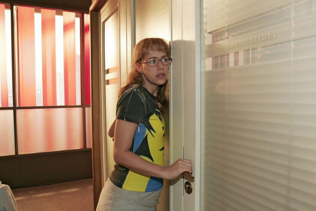 Lisa (Alexandra Neldel) fasst sich ein Herz und schreitet gen Davids Bürotür zur Tat - sie muss unbedingt mit ihrem Chef über den Karaoke-Abend s... - Bildquelle: Sat.1