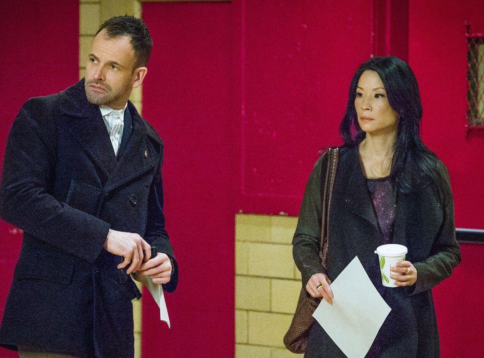 Holmes (Jonny Lee Miller, l.) und Watson (Lucy Liu, r.) müssen sich um einen Mann kümmern, der seine Frau bis vor Kurzem für tot hielt, nun aber ein... - Bildquelle: CBS Television