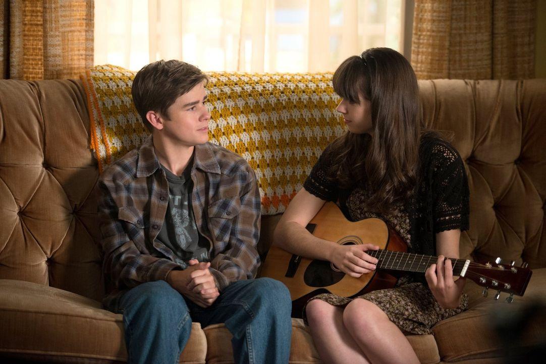 Damals lernte Dean (Dylan Everett, l.) die hübsche Robin (Sarah Desjardins, r.) kennen, doch Jahre später scheint sie sich überhaupt nicht mehr an i... - Bildquelle: 2013 Warner Brothers