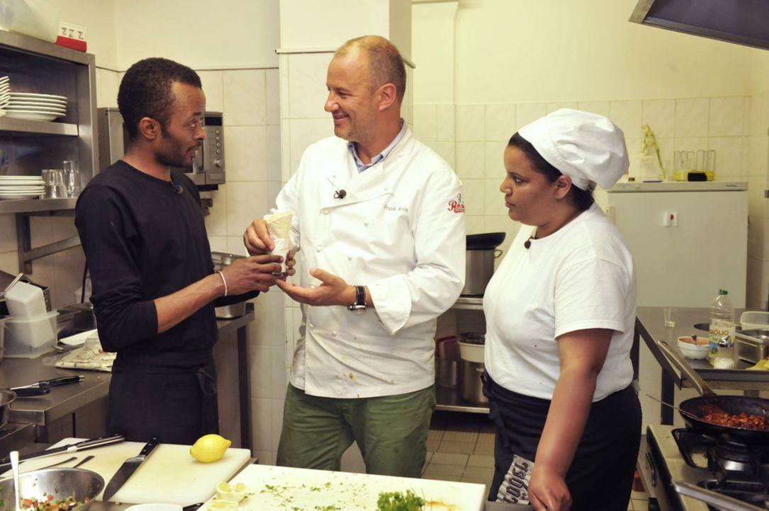 Frank Rosin (M.) gibt sein Bestes, um Jonas Gebresselassie (l.) dabei zu helfen, wieder mehr Gäste in sein afrikanisches Restaurant zu locken ... - Bildquelle: Claudius Pflug kabel eins
