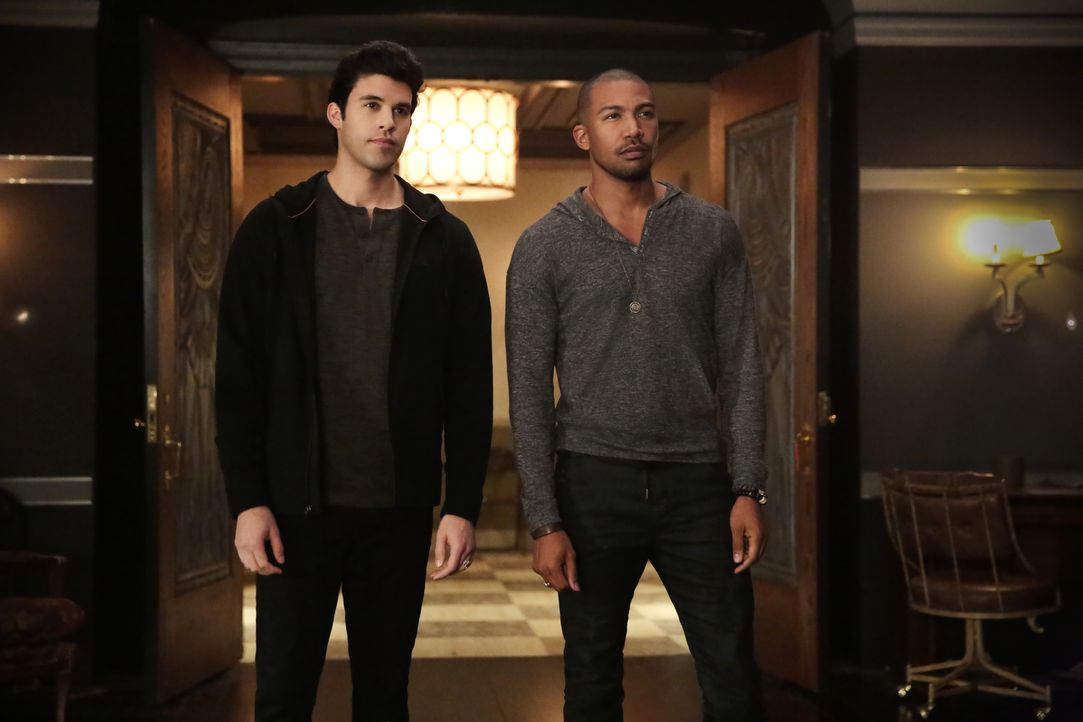 Josh (Steven Krueger, l.); Marcel (Charles Michael Davis, r.) - Bildquelle: Warner Bros.