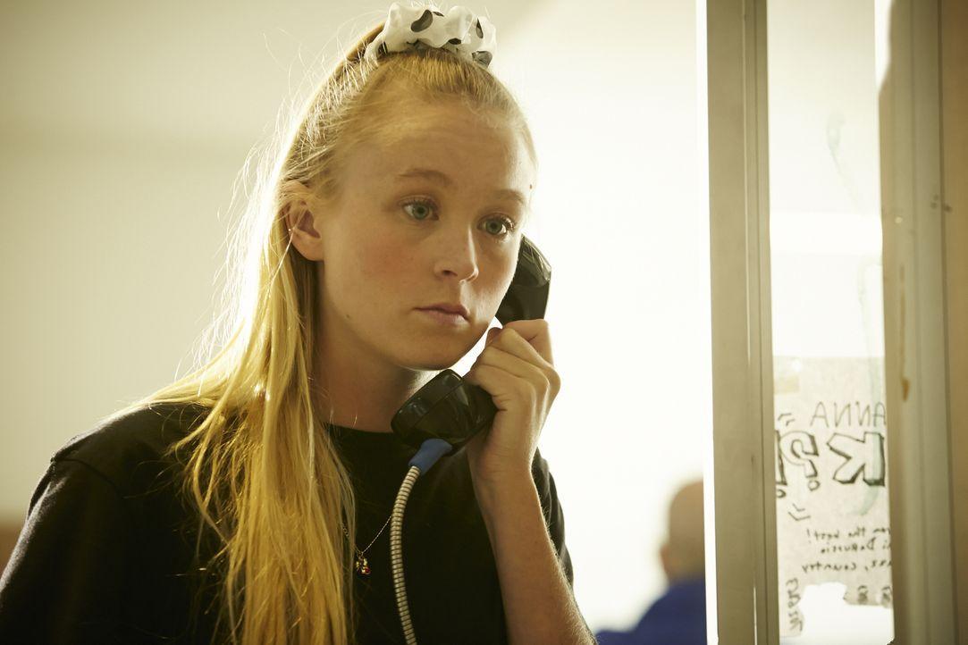 Kurz vor ihrem Tod ruft die 14-jährige Jessica (Cassie Williams) von einem Münztelefon ihre Mutter an, da sie ihren Hausschlüssel vergessen hat. Doc... - Bildquelle: Ian Watson Cineflix 2015
