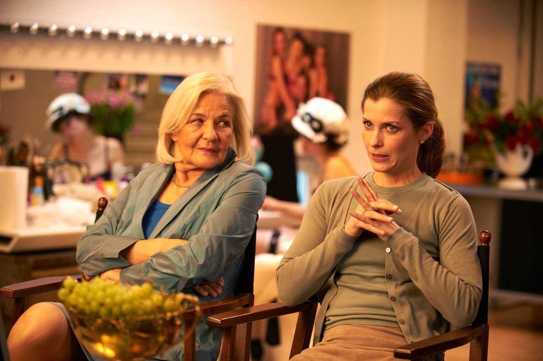 Marie (Valerie Niehaus, r.) kann es nicht glauben: Nicht nur, dass ihre Schwiegermutter Ingrid (Hildegard Schmahl, l.) seit vielen Jahren in der Por... - Bildquelle: Walter Wehner SAT.1