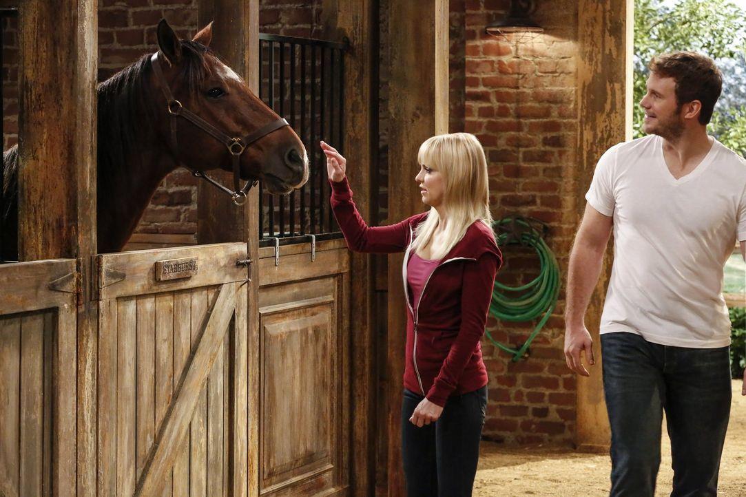 In Marjories Neffe Nick (Chris Pratt, r.) hat Christy (Anna Faris, l.) den Mann ihrer Träume entdeckt. Doch kann sie ihn auch davon überzeugen, dass... - Bildquelle: 2016 Warner Bros. Entertainment, Inc.