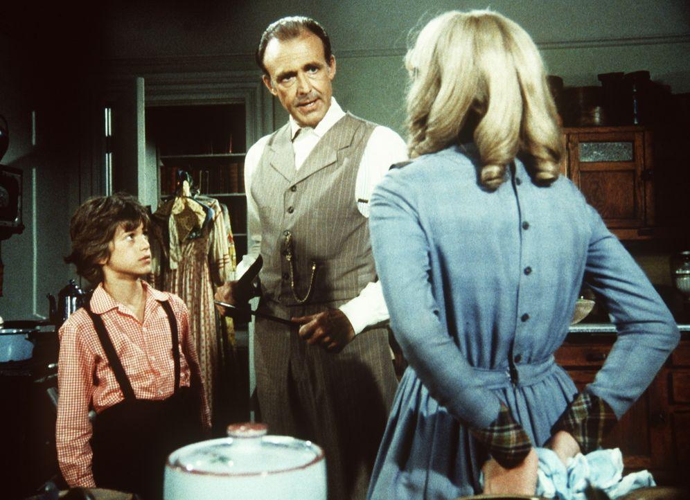 Nellie Oleson (Alison Arngrim, r.) verbirgt eine Schürze mit roten Flecken, die sie und ihr Bruder Willie (Jonathan Gilbert, l.) in ihrer Küche gefu... - Bildquelle: Worldvision
