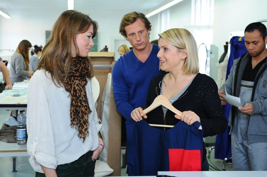 Anna (Jeanette Biedermann, 2.v.r.) und Tom (Patrick Kalupa, 2.v.l.) sind erfreut, als sie erfahren, dass Bruno Annas Kollektion noch einmal prüfen... - Bildquelle: SAT.1