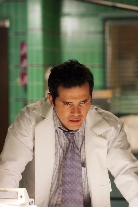 Clemente (John Leguizamo ) erscheint nach dem Vorfall mit Jodie wieder zum Dienst, doch er wird das Gefühl nicht los, dass die anderen ihn deswegen... - Bildquelle: Warner Bros. Television