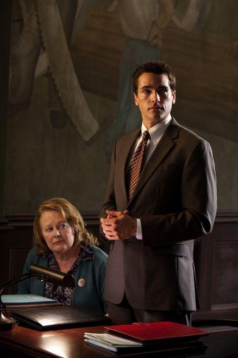 Grayson (Jackson Hurst, r.) übernimmt einen Pro Bono Fall - die süße ältere Dame Millie (Shirley Knight, l.). Auf ihrem Grund soll ein Einkaufsz... - Bildquelle: 2009 Sony Pictures Television Inc. All Rights Reserved.