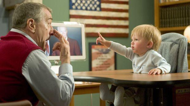 Ex-CIA-Agent Jack (Robert De Niro, l.) kümmert sich liebevoll um seinen Enkel...