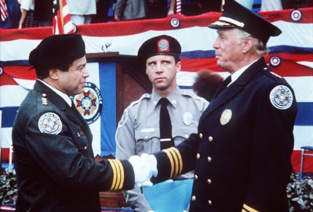 Der Polizist Mahoney (Steve Guttenberg, M.) wäre richtig glücklich, wenn sein Chef Lassard (George Gaynes, r.) den Wettkampf gegen Mauser (Art Metra... - Bildquelle: Warner Bros.