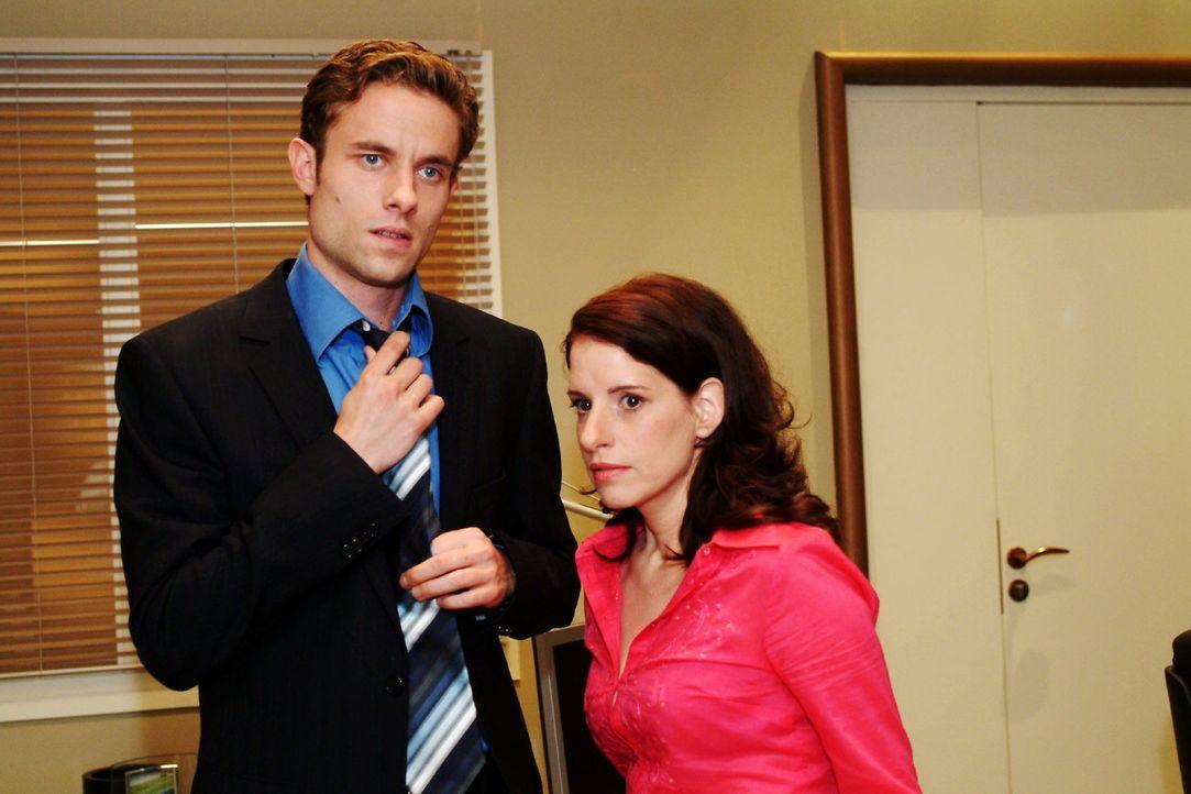 Max (Alexander Sternberg, l.) ist peinlich berührt, dass Yvonne ihn und Inka (Stefanie Höner, r.) in einer eindeutigen Situation erwischt hat. - Bildquelle: Monika Schürle Sat.1