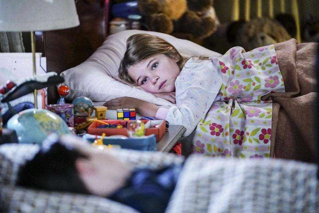 Eigentlich müsste sich Missy (Raegan Revord) doch freuen, als ihr Streber-Bruder nach Dallas geschickt wird, doch wie lange wird die Freude darüber... - Bildquelle: Warner Bros.