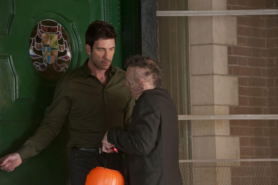 Wieder einmal steht Larry (Denis O'Hare , r.) vor der Tür und fragt Ben (Dylan McDermott, l.) nach tausend Dollar, die ihm für die Beseitigung von H... - Bildquelle: 2011 Twentieth Century Fox Film Corporation. All rights reserved.