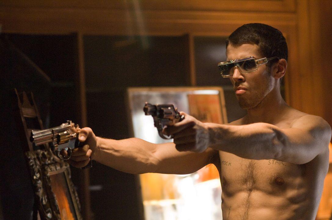 Spielt das Zünglein an der Waage: der vermeintlich verstorbene Rockstar-Junkie Johnny Quid (Toby Kebbell) ... - Bildquelle: Warner Bros.