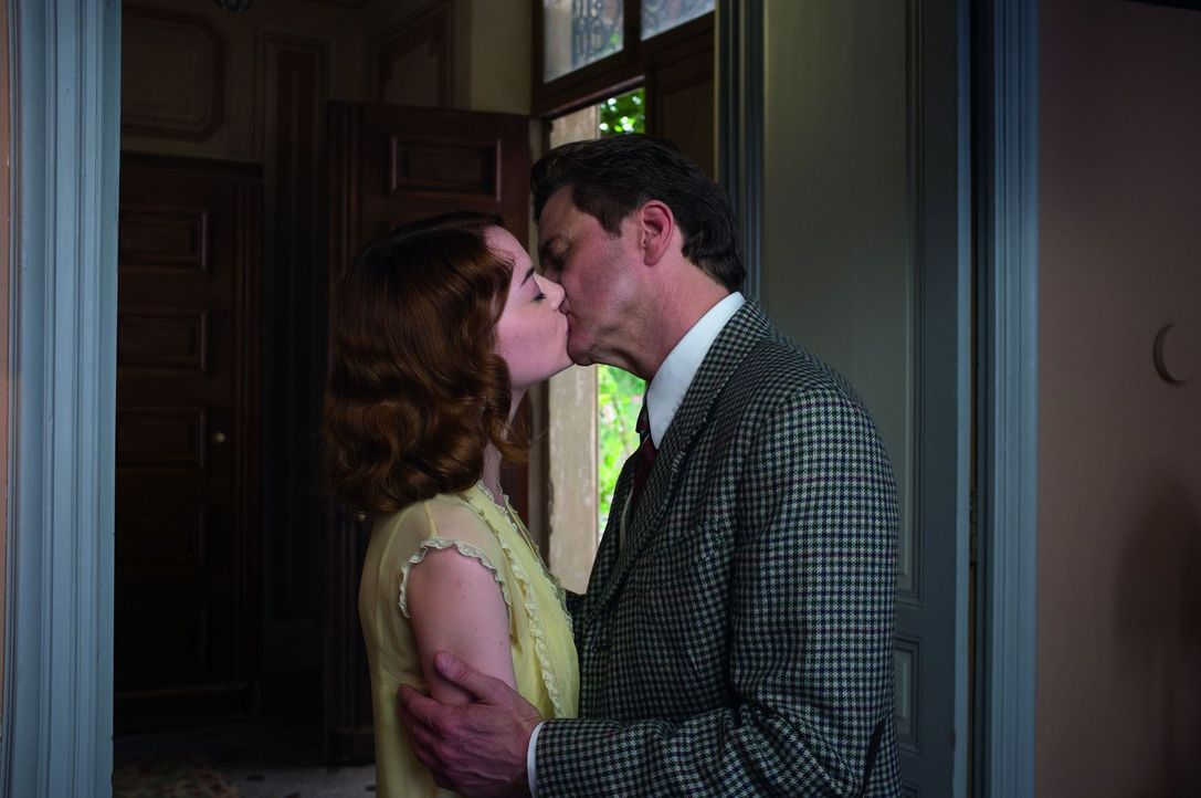 Lässt sich der angesehene Magier und Überführer von Betrügern, Stanley Crawford (Colin Firth, r.), tatsächlich von der jungen Sophie (Emma Stone, l.... - Bildquelle: Warner Bros.