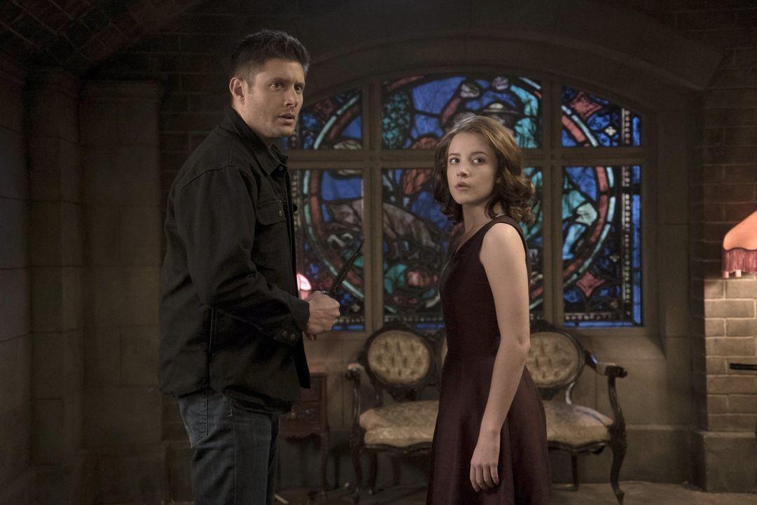 Crowley verliert immer mehr die Kontrolle über Amara (Samantha Isler, r.). Als dann auch noch Dean (Jensen Ackles, l.) auftaucht, stellt sich nicht... - Bildquelle: 2014 Warner Brothers