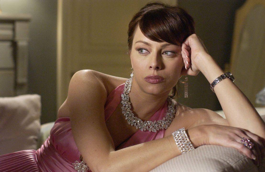 Julie (Melinda Clarke) ist verzweifelt, da sie nicht weiß, wo sie das Geld für Lance herbekommen soll ... - Bildquelle: Warner Bros. Television