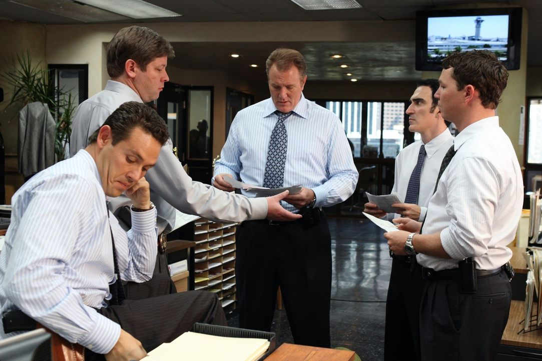 Detective Nate Moretta (Kevin Alejandro, l.), Detective Andy Williams (Lex Medlin, 2.v.l.), Detective Daniel Salinger (Michael McGrady, M.), Detecti... - Bildquelle: Warner Brothers