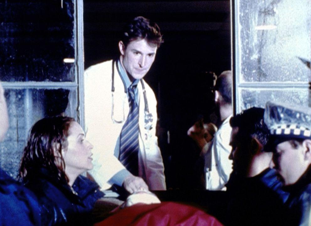 Weil die Magnettüren streiken, gelangt dieser Verletzte mit Carters (Noah Wyle, 2.v.l.) Hilfe durchs Fenster in die Notaufnahme. - Bildquelle: TM+  2000 WARNER BROS.