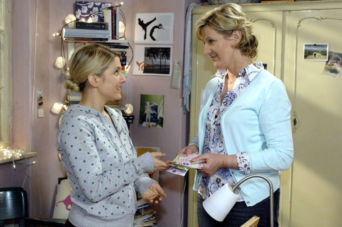 Anna (Jeanette Biedermann, l.) ist gerührt, als Susanne (Heike Jonca, r.) ihr finanziell aushilft. - Bildquelle: Oliver Ziebe Sat.1