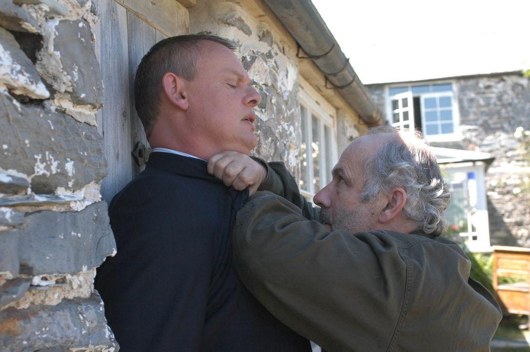 Eigentlich wollte Doc Martin (Martin Clunes, l.) nur den chronischen Magenbeschwerden der Flint-Brüder zu Leibe rücken, doch dann rastet deren Vater... - Bildquelle: BUFFALO PICTURES/ITV
