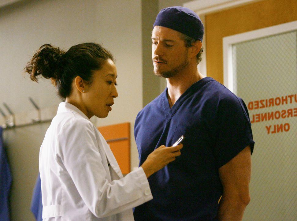 Derek ist eifersüchtig auf die enge Freundschaft zwischen Meredith und Cristina (Sandra Oh, l.), deshalb bittet er Mark (Eric Dane, r.), mit Cristi... - Bildquelle: Touchstone Television