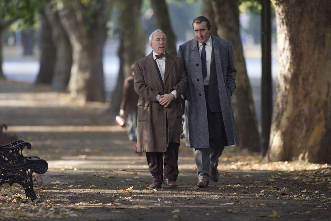 CIA-Agent Harvey Torrit (Alfred Molina, r.) gelingt es, Elihu Epstein (Simon Callow, l.) zu überreden, falsche Informationen herauszugeben, um den...