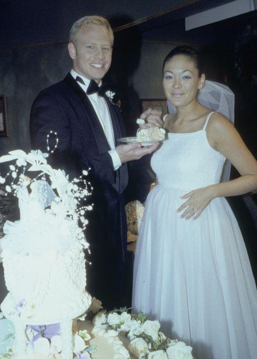 Steve (Ian Ziering, l.) und Janet (Lindsay Price, r.) trauen sich. Ist ihnen wenigstens ein wenig bedingungsloses Glück vergönnt? - Bildquelle: Paramount Pictures