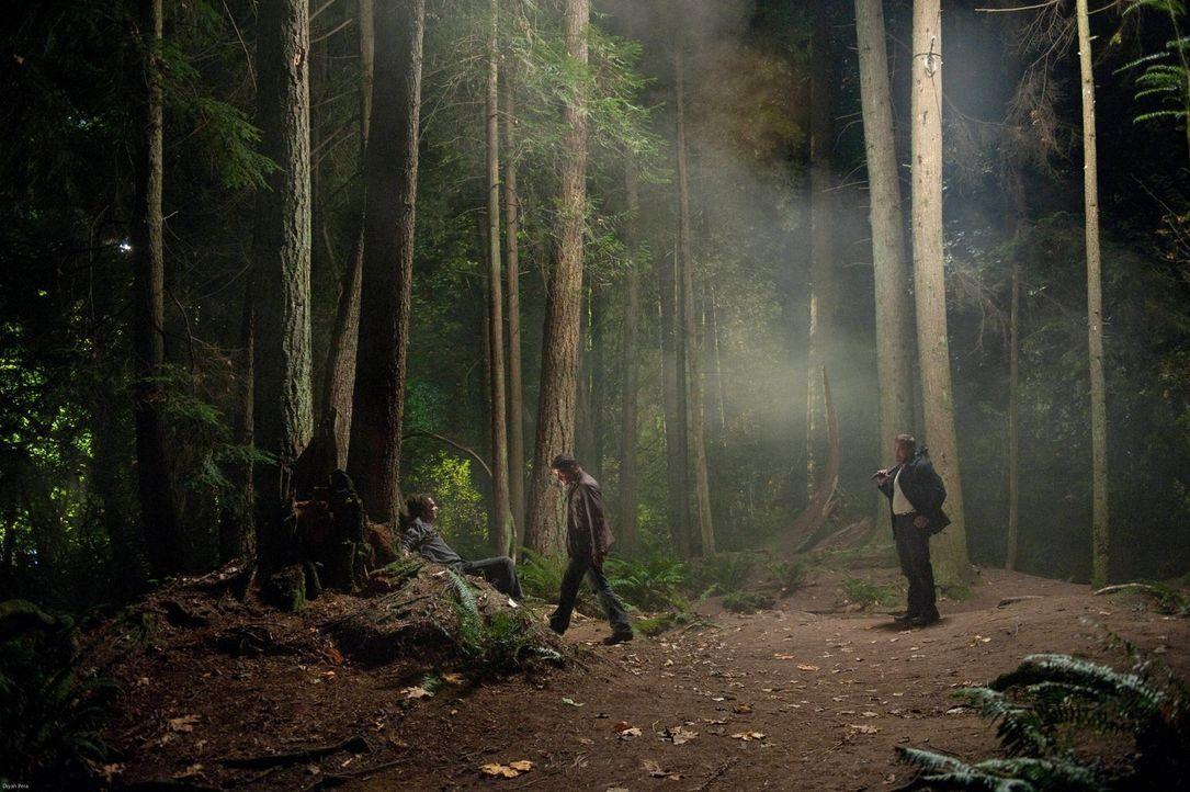Benny (Ty Olsson, r.) und Dean (Jensen Ackles, M.) erhoffen sich von jedem Monster den ausschlaggebenden Hinweis zum Verbleib von Castiel ... - Bildquelle: Warner Bros. Television