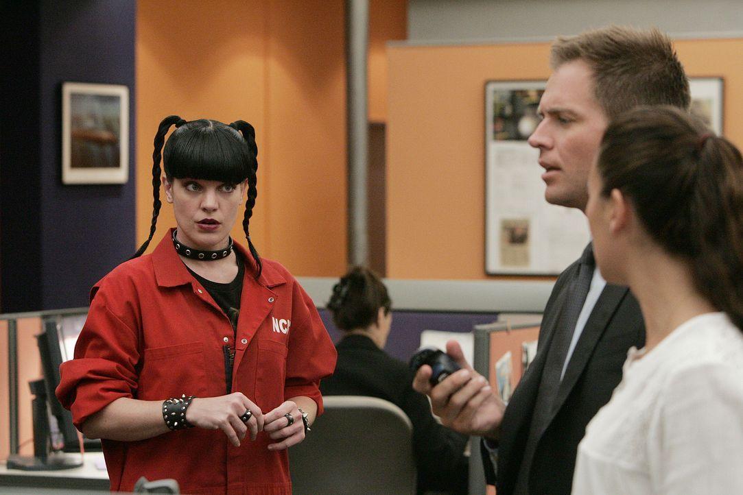 Der neue Fall, an dem Abby (Pauley Perrette, l.), Tony (Michael Weatherly, 2.v.r.) und Ziva (Cote de Pablo, r.) arbeiten, wird immer verwirrender. D... - Bildquelle: CBS Television