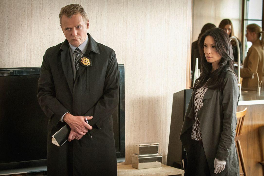 Capt. Gregson (Aidan Quinn, l.) und Dr. Watson (Lucy Liu, r.) glauben, dass Donald Hauser von einer Person ermordet wurde, die Opfer seiner dubiosen... - Bildquelle: CBS Television