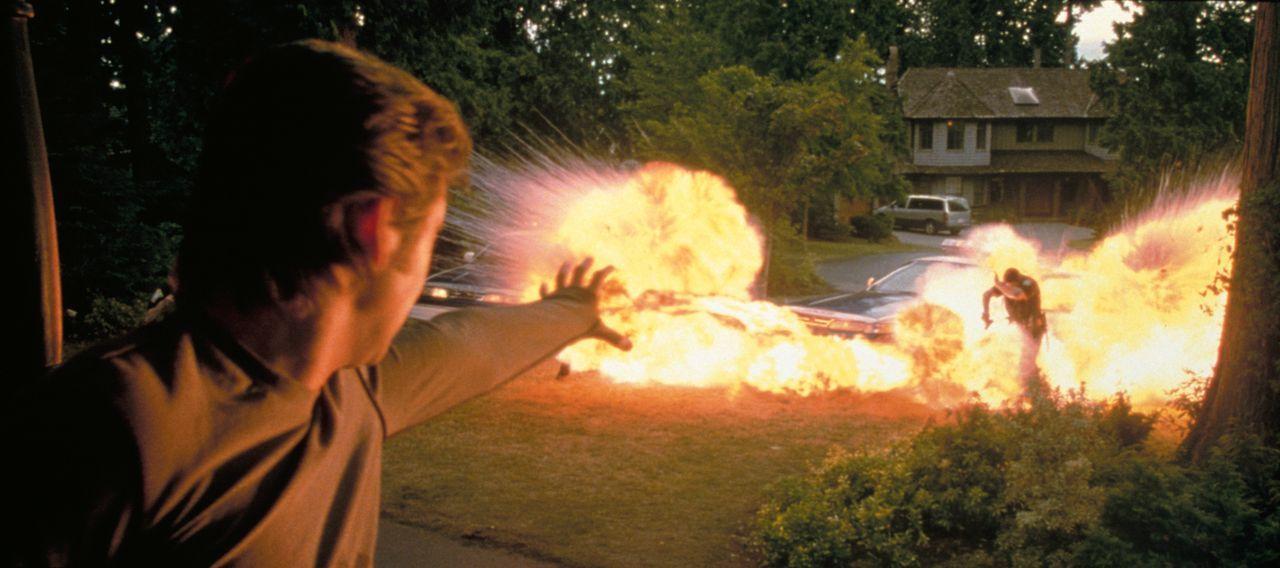 Angriff oder Selbstverteidigung? Pyro (Aaron Stanford,l.) greift die Polizisten an, die dazu angehalten sind gegen alle Mutanten vorzugehen -  eine... - Bildquelle: 20th Century Fox International Television