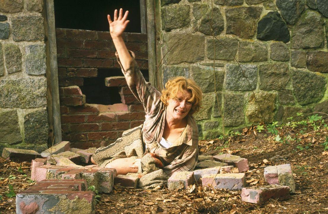 Ellen (Suzanne von Borsody) hat es geschafft zu fliehen und versucht auf sich aufmerksam zu machen. - Bildquelle: Norbert Kuhroeber Sat.1