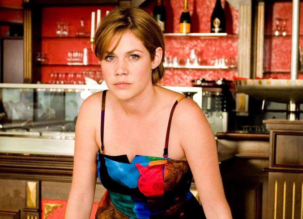 Als Mia (Felicitas Woll) eine Annonce in der Zeitung entdeckt, in der eine Frau gesucht wird, die bereit ist, für 1 Millionen ihre Karriere aufzugeb... - Bildquelle: SAT.1