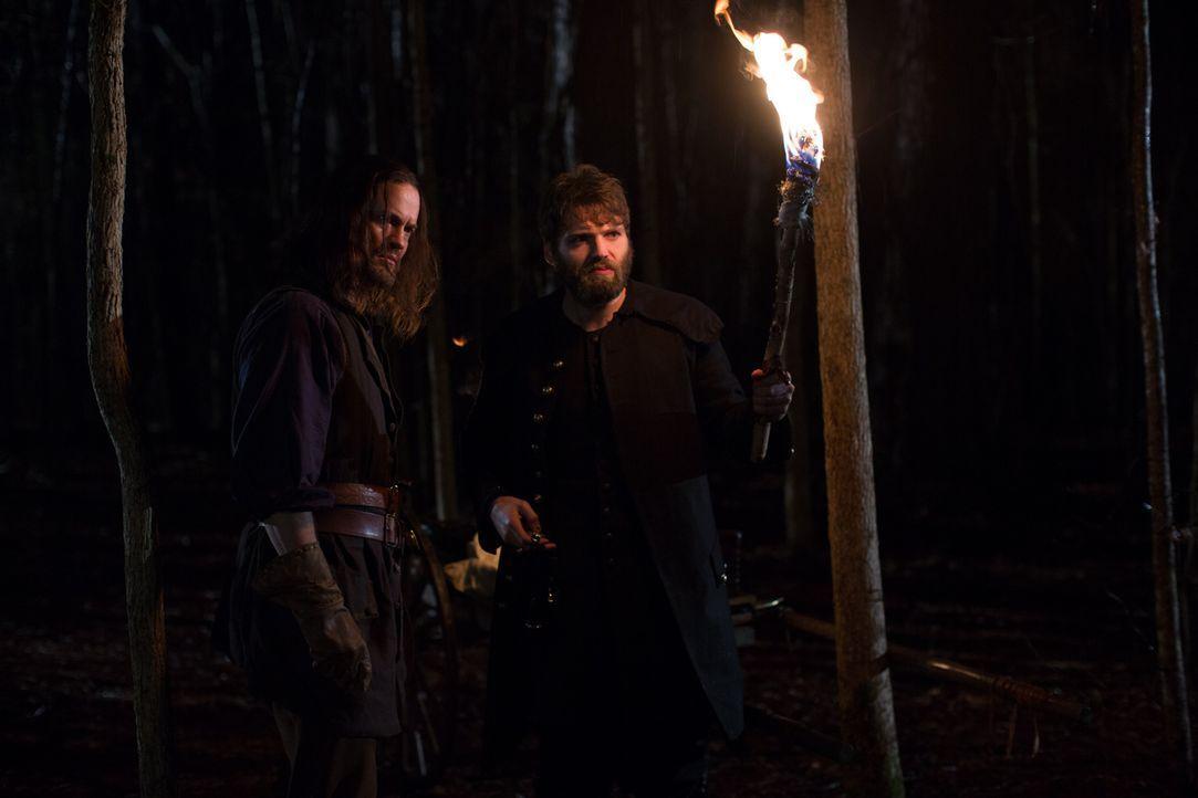 John (Shane West, l.) und Reverend Mather (Seth Gabel, r.) stellen sich einer Hexe entgegen, die immer noch glaubt, alles unter Kontrolle zu haben ... - Bildquelle: 2013-2014 Fox and its related entities.  All rights reserved.