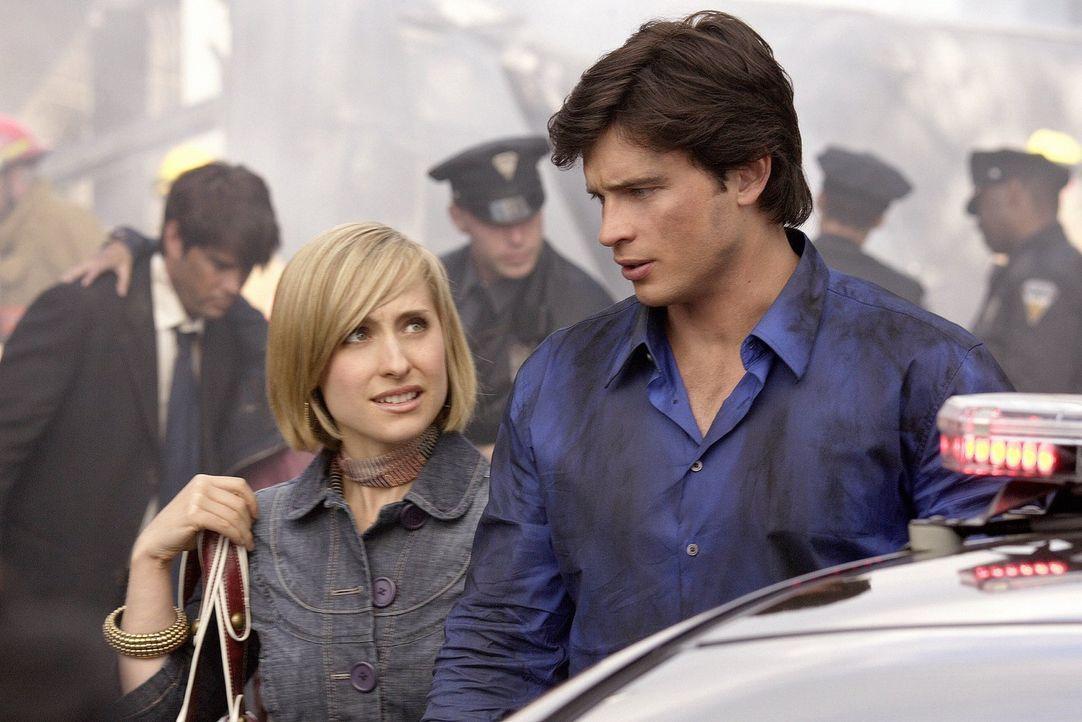 Das von Clark (Tom Welling, r.) gerettete Mädchen fühlt sich merkwürdigerweise mit Chloe (Allison Mack, l.) verbunden ... - Bildquelle: Warner Bros