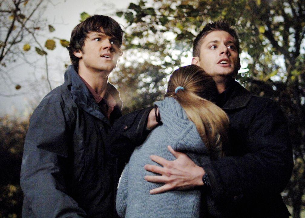 Werden sie die Vogelscheuche vernichten können?: Sam (Jared Padalecki, l.), Dean (Jensen Ackles, r.) und Emily (Tania Saulnier, M.) ... - Bildquelle: Warner Bros. Television