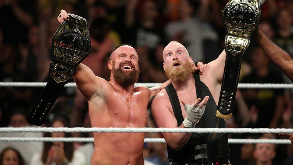 """Alexander Wolfe (re.) bildet mit seinem Partner Eric Young """"Sanity"""" und ist ... - Bildquelle: WWE"""