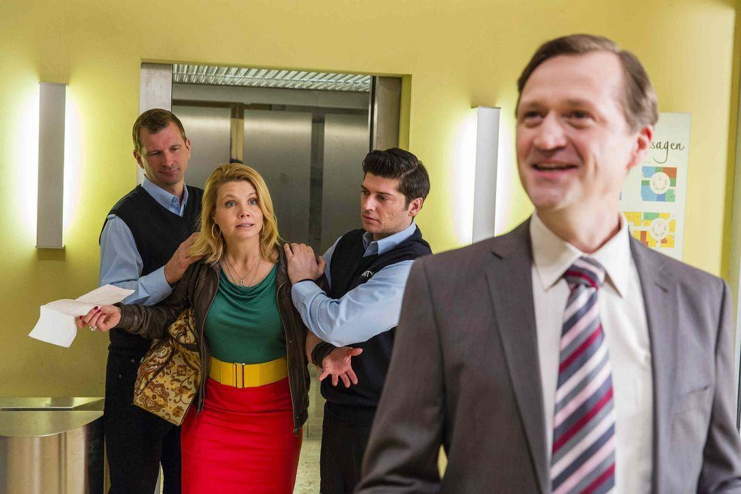 Auf Danni (Annette Frier, 2.v.l.) wartet viel Arbeit. Nicht nur, dass sie Olli vor Gericht vertreten muss, sie muss auch noch Theofanis zur Seite st... - Bildquelle: Frank Dicks SAT.1
