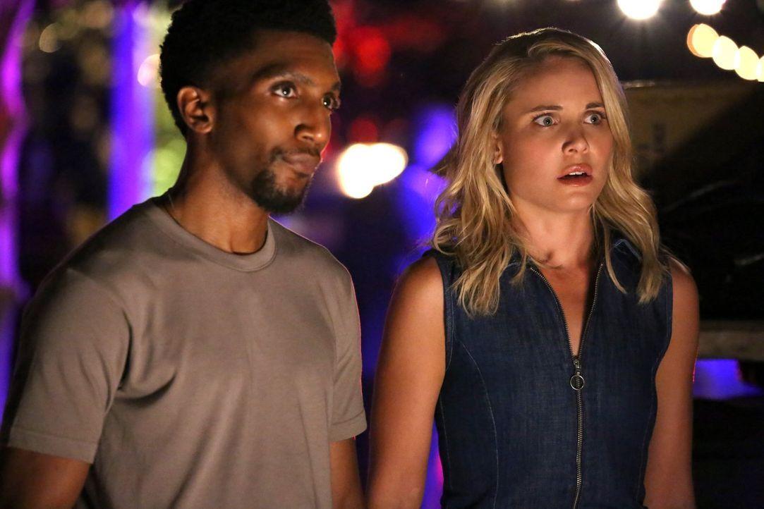 Vincent (Yusuf Gatewood, l.) bittet Cami (Leah Pipes, r.) um Hilfe, als ein seltsamer Mord mitten im French Quarter sogar die Aufmerksamkeit der Pol... - Bildquelle: Warner Bros. Entertainment Inc.