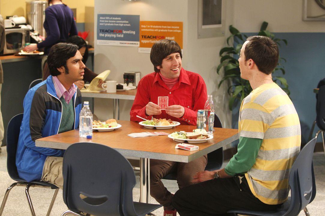 Mit einem Kartentrick treibt Howard (Simon Helberg, M.) seine Freunde Raj (Kunal Nayyar, l.) und Sheldon (Jim Parsons, r.) fast in den Wahnsinn ... - Bildquelle: Warner Bros. Television