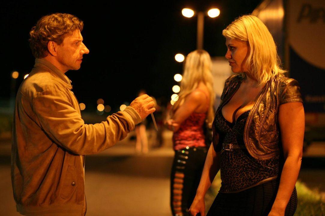 Auf der Suche nach seiner Tochter sucht Alfred (Richy Müller, l.) auch das Revier der Prostituierten (Magda Kropiunig, r.) auf. Dort stößt er auf ei... - Bildquelle: Stefan Haring SAT. 1