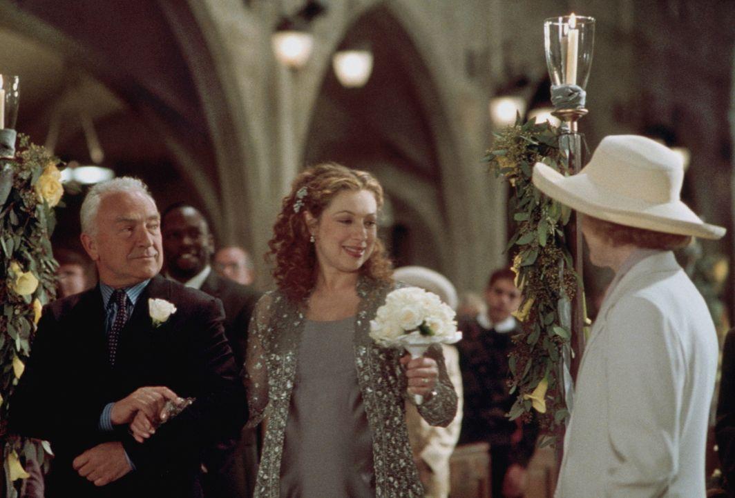 Elizabeth (Alex Kingston, M.) wird von ihrem Vater Dr. Charles Corday (Paul Freeman, l.) zum Altar geführt, wo ihre Mutter Isabelle Corday (Judy Par... - Bildquelle: TM+  2000 WARNER BROS.