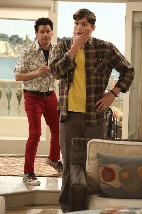 Um über die Trennung von Lyndsey hinwegzukommen, nimmt Alan (Jon Cryer, l.) den Rat von Walden (Ashton Kutcher, r.) an und verändert seinen Look ... - Bildquelle: Warner Brothers Entertainment Inc.