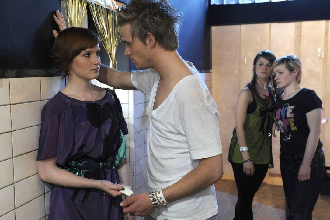 Jenny (Lucy Scherer, 2.v.r.) und Emma (Kasia Borek, r.) sorgen sich um Sophie (Franciska Friede, l.), die von Ronnie (Frederic Heidorn, 2.vl.) scham... - Bildquelle: SAT.1