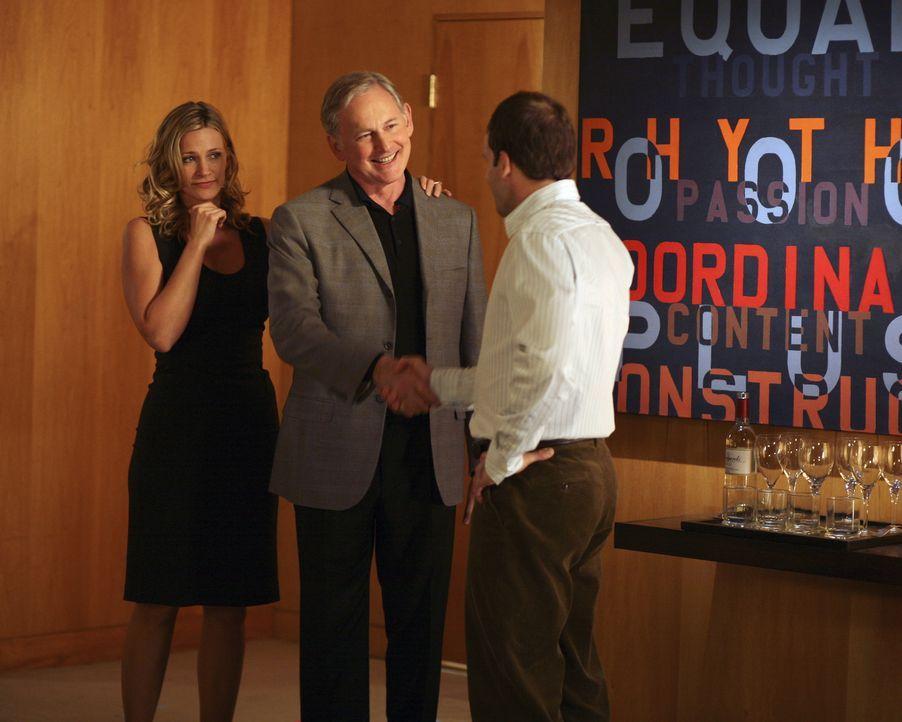 Elis (Jonny Lee Miller, r.) Boss, Jordan Wethersby (Victor Garber, M.) könnte auch bald sein Schwiegervater sein. Denn der Anwalt Eli ist glücklich... - Bildquelle: Disney - ABC International Television